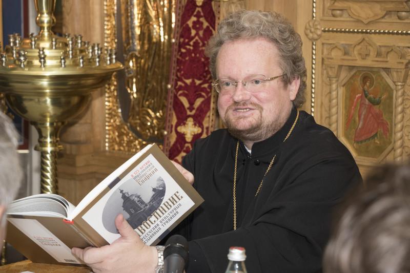 Фото владыки Игнатия с книгой
