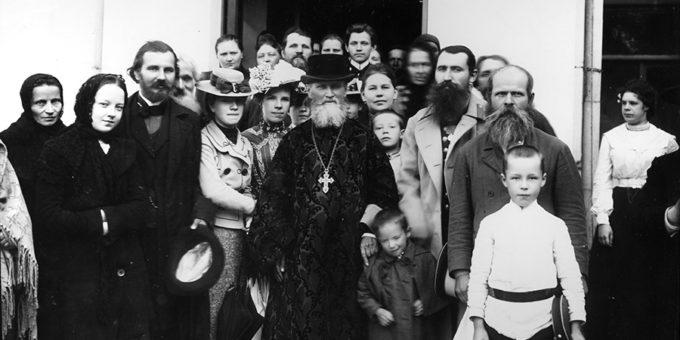 Фотография праведного Иоанна Кронштадского с паствой